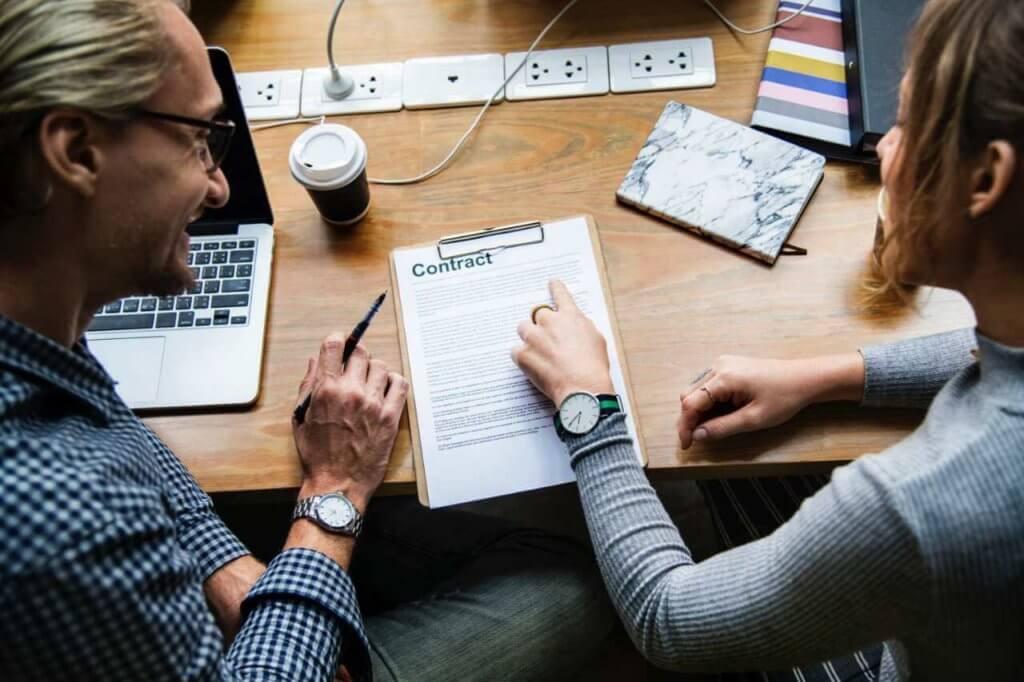 Consultants sitzen zusammen und erarbeiten einen Vertrag.