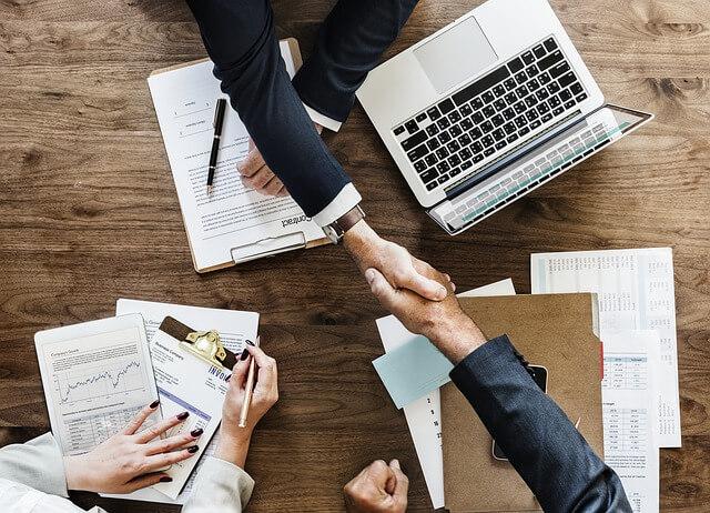 Einigung von Geschäftspartnern im Management Consulting.
