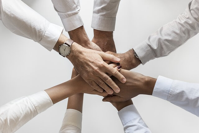 Team Zusammenhalt im Unternehmensberater Job.