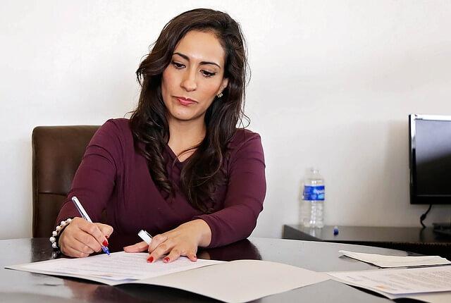Weiblicher Senior Consultant bei der Arbeit.